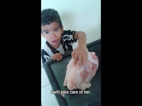 """""""Mamá, déjalo en paz"""": un niño ruega a su madre que no cocine un pollo"""