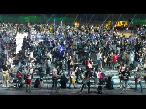 1200 muusikkoa soittaa Nirvanan Smells like teen spirit-kappaleen – Yleisö myös messissä