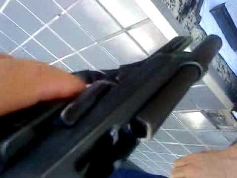 pistola 9 milimetros - ensinando a manusear.