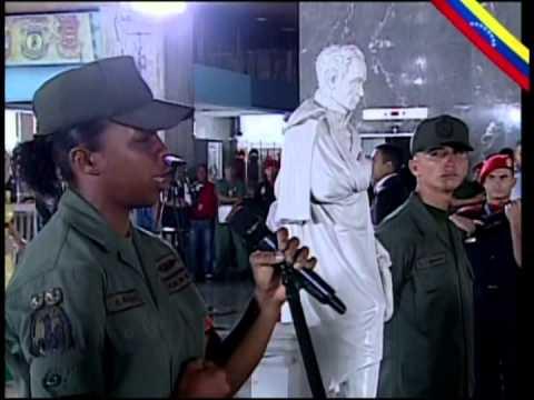 Mujer soldado canta