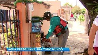 Morador monta bebedouro na calçada e oferece água gelada para vizinhança