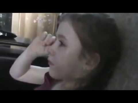 Девочка не хочет прощаться с Олимпийским Мишкой