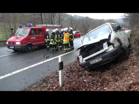 Vollsperrung nach Unfall mit Bulli