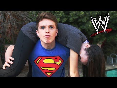 這名男子太迷摔角了,於是把WWE摔角絕招都用在女友身上...什麼?