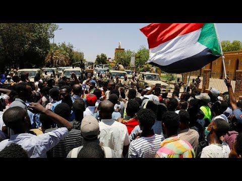 Sudan: Die Proteste dauern an - Demonstranten mit Sitzblo ...