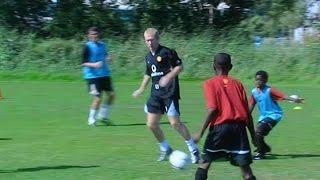 Paul Scholes zeigt 12-jährigem Danny Welbeck Tricks