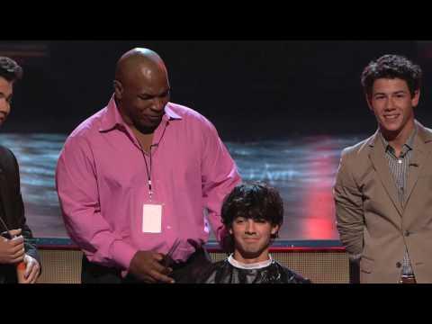 Mike Tyson cortandole el pelo a Joe Jonas en Teen Choice Awards 2009