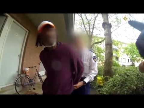 politie - Agenten van de politie Amsterdam team Zeeburg krijgen de melding uit te kijken naar een verdachte van een inbraak. Hij zou een ruit hebben ingeslagen. Ze zie...