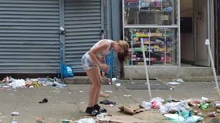 Ulice Filadelfii. Na ulicach narkomanii snujący się jak zombie