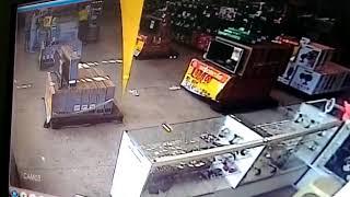 Homens levam arma de policial