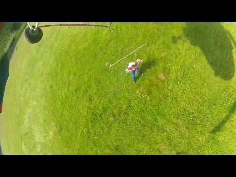Акробат под вертолетом МИ-2