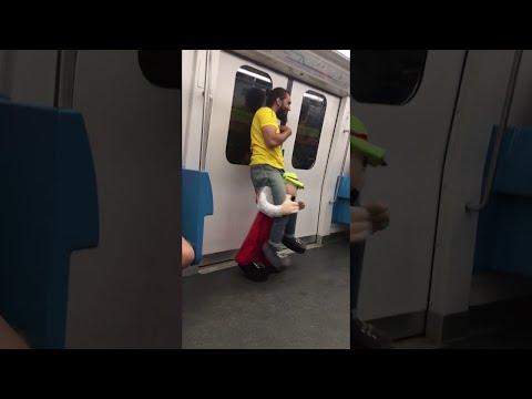 Ένα αποκριάτικο κοστούμι που τράβηξε την προσοχή όλων στο μετρό