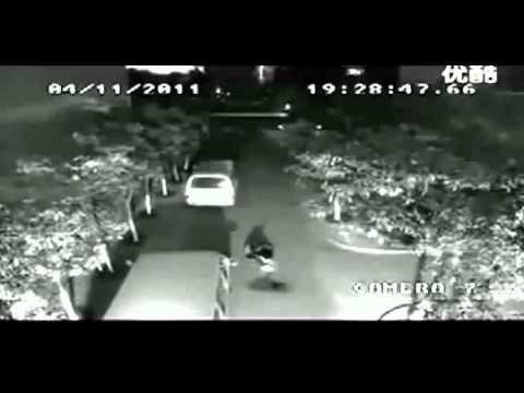 [camera quan sát] cảnh người bị sét đánh 2 lần không chết