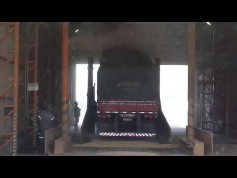 Descarga de carreta de soja em tombador no Rio Grande do Sul