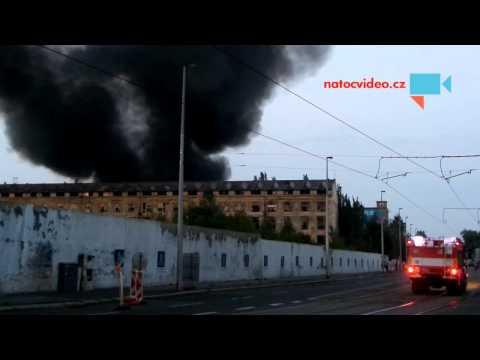 Mohutný požár ve Vysočanech a příjezd prvních hasičů