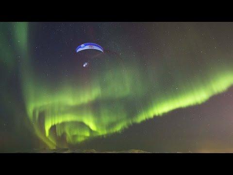 Uskomattoman kaunista varjoliitelyä revontulien kanssa Norjassa