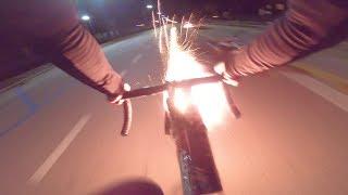 Napie*ala w nich fajerwerkami. Rowerzysta znalazł sposób na natrętnych kierowców.