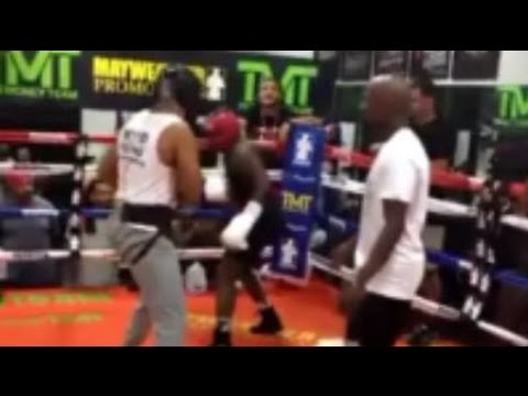 FLOYD MAYWEATHER TRAINING ADRIEN BRONER WHILE SPARRING AT MAYWEATHER BOXING CLUB (видео)