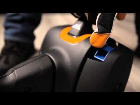 El vídeo el scooter infantil sobre la gasolina