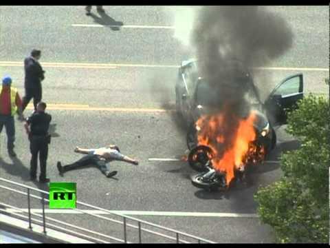 Un grupo de personas salva a un motorista sacándolo de debajo de un coche