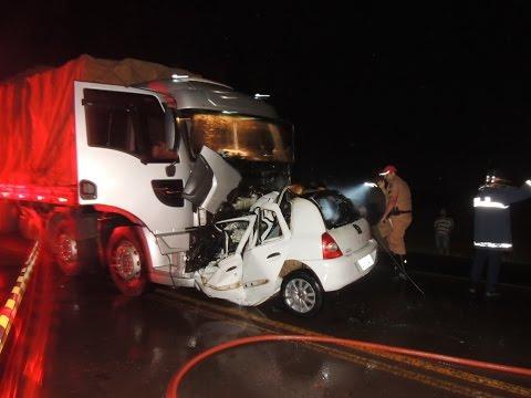 Caminhão colide de frente com carro e mata pai e filha na PR 486
