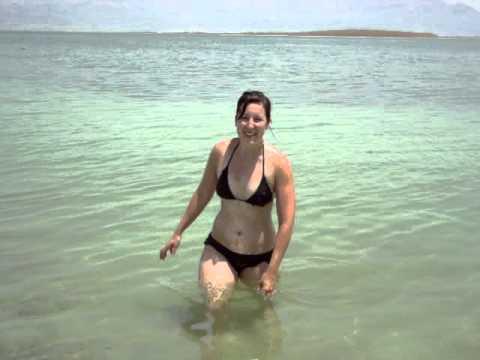 ecco cosa succede se ci immergiamo nel mar morto!