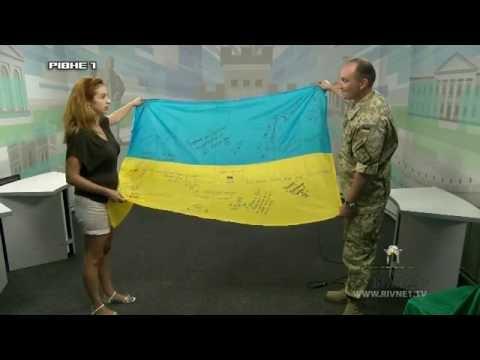 Рівняни у День незалежності розписали прапор для військових на Схід [ВІДЕО]