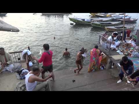 Adorando a Shiva a orillas del Ganges. Por TVS (9,0)