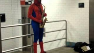 Homem aranha tocando saxofone na estaçao 42nd ST / Times Square
