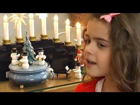 Die sechsjährige Sissi interpretiert den Weihnachtsklassiker Sind die Lichter angezündet neu. Die Aufnahmen entstanden bei der Erzgebirgischen Holzkunst Gahlenz produziert von Kanal9.