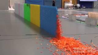 Kartu domino disusun dan dijatuhkan. Video