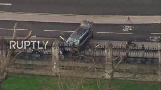 لقطة جوية لآثار الدمار التي أحدثتها سيارة مسرعة حاولت دهس المارة قرب البرلمان البريطاني