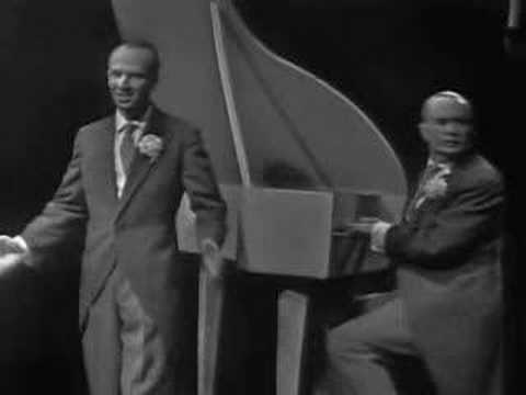 Tekst piosenki Kabaret starszych panów - Puk, puk, puk po polsku