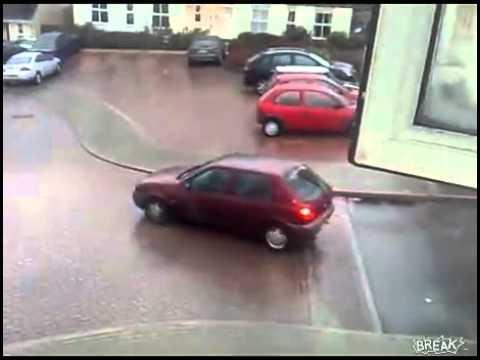 """l'automobile """"cammina da sola"""" : autista e passeggera si lanciano fuori."""