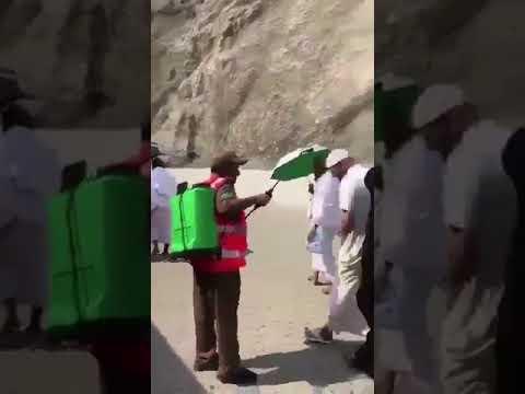 العرب اليوم - شاهد| رجل يُقبل جندي يرش المياه على الحجاج
