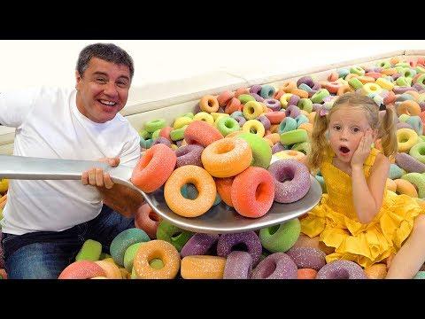 Nastya dan ayah berpura-pura bermain di museum selfie