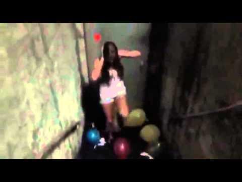 Looner Girl Ayleen loves to pop balloons with her high heels   www loonlovers de (видео)