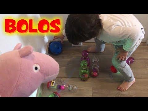 Peppa Pig juega a los bolos de su regalo sorpresa con Bebé Humano  Vídeos de Peppa Pig en español