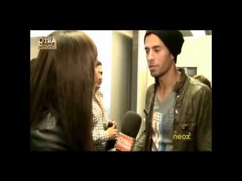 Reportera Cristina Pedroche rechaza beso a Enrique Iglesias