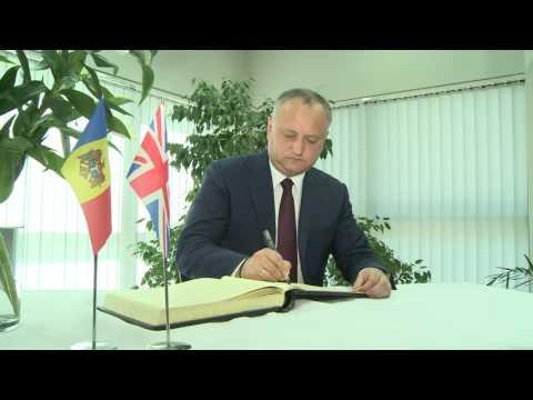 Президент страны возложил цветы к Посольству Великобритании в Республике Молдова