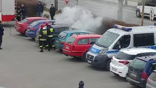 Straż gasi pożar auta a w bagażniku niespodzianka