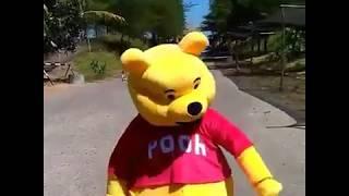 Badut winnie the pooh joget turun naik