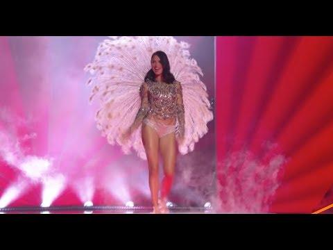 Adriana Lima thanks crowd at final Victoria's Secret show