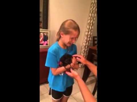 女孩第一次抱到小狗的反應!好感人喔!