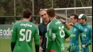 Lesionado, Fernando Prass aparece no treino do Palmeiras para conversar com os jogadores.