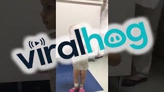 Ten lekarz śpiewa swoim pacjentom – Reakcja tej 17-miesięcznej dziewczynki wzrusza do łez!