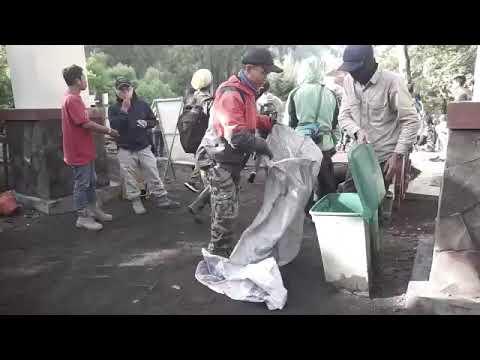 Bersih-bersih Kawasan Paltuding TWA Kawah Ijen
