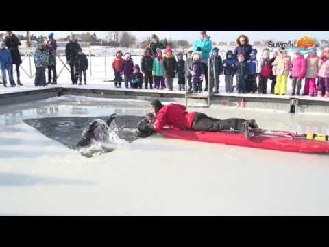 Jak nie utonąć pod lodem. Zobacz, jak radzą sobie ratownicy, strażacy i policjanci