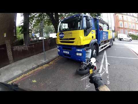 motocyklista-w-ostatniej-chwili-unika-zmiazdzenia-przez-ciezarowke