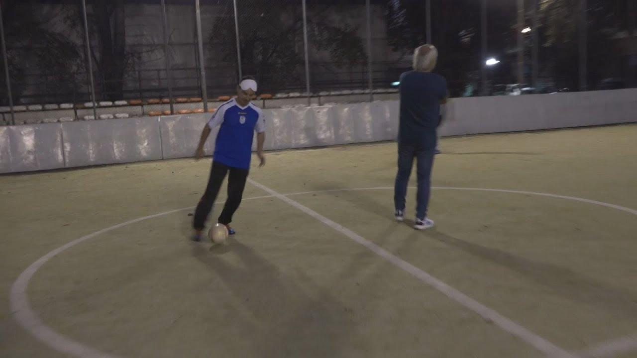 Η μπάλα κουδουνίζει και οι παίκτες της εθνικής ομάδας ποδοσφαίρου τυφλών ξεκινούν προπόνηση
